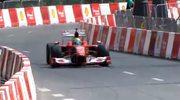 Bolid Formuły 1 szalej na ulicach Warszawy