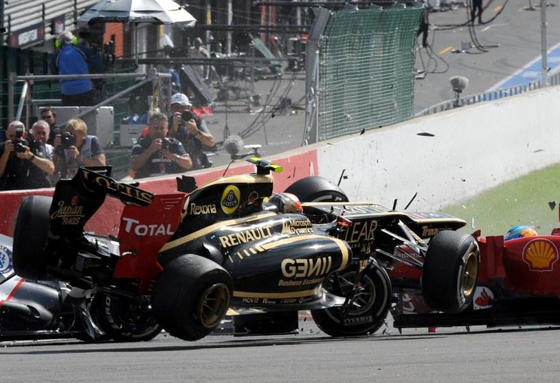 Bolid Grosjeana o włos minął głowę Fernando Alonso /AFP