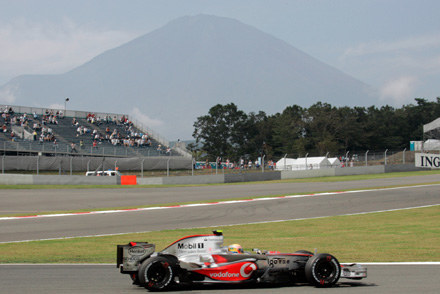 Bolid Lewisa Hamiltona na tle gory Fuji / kliknij /AFP