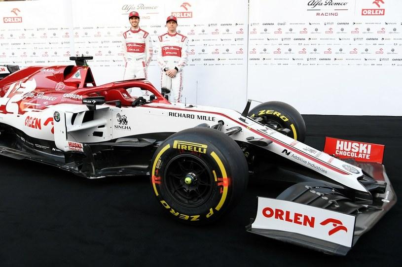 Bolid na pierwszym planie, w tle Antonio Giovinazzi i Kimi Räikkönen /AFP