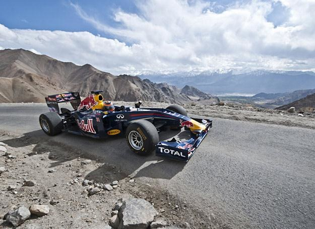 Bolid Red Bulla na przełęczy Khardung-La /fot. Red Bull Photo Files /