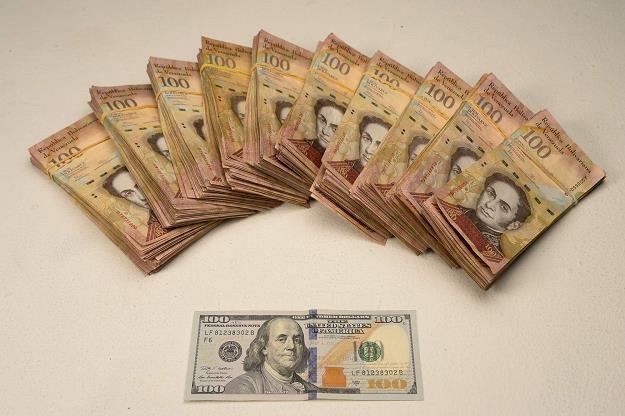 Boliwary stają się śmieciową walutą /AFP