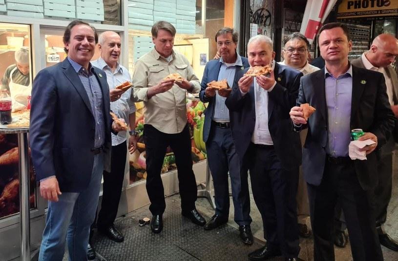 Bolsonaro je pizze na jednej z ulic Manhattanu /Twitter