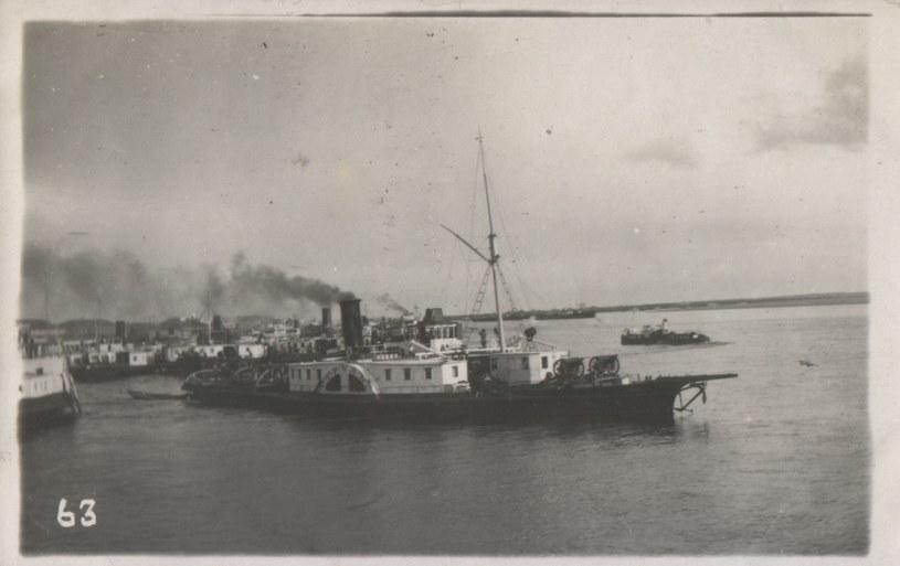 """Bolszewicki statek uzbrojony """"Trud"""". Widoczne na dziobie dwa działa polowe 75 mm /archiwum S. Zagórskiego /INTERIA.PL/materiały prasowe"""