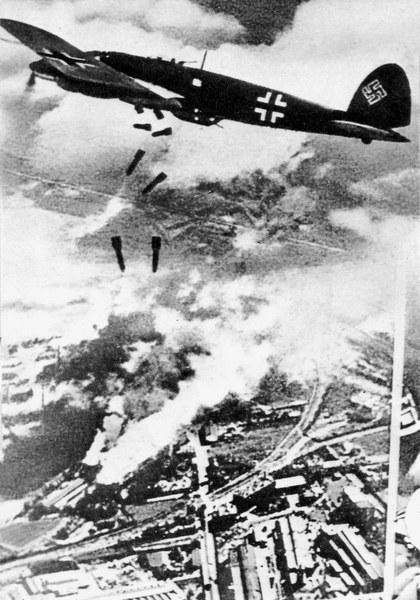Nalot na Warszawę, wrzesień 1939 N/Z: Bombowiec Heinkel He-111 nad płonącą Gazownią Warszawskąa