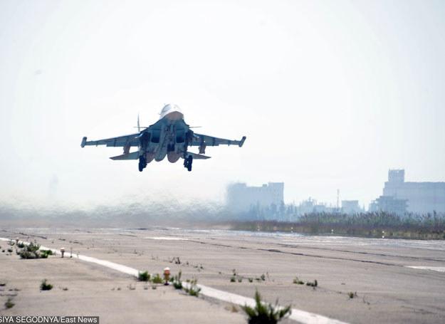 Bombowce Su-34 przystąpiły w Syrii do nalotów na obiekty związane z wydobyciem i przeróbką ropy naftowej /RIA Novosti /East News
