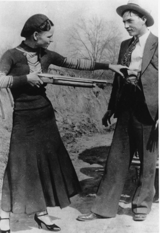 Bonnie i Clyde, para oszustów, potem również morderców. Ona umożliwiła mężowi ucieczkę z więzienia – przeszmuglowała mu rewolwer /East News