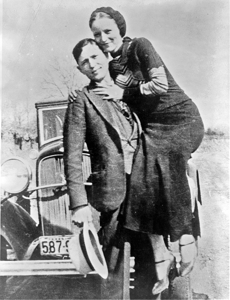Bonnie Parker i Clyde Barrow przed swoim Fordem V-8 /materiały prasowe