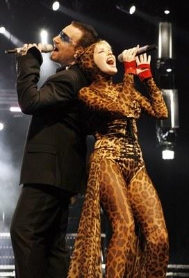 Bono i Kylie Minogue na scenie w Sydney /arch. AFP