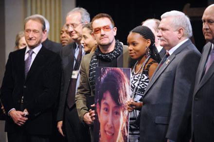 Bono, laureatka International Children's Peace Prize 2007 Tandiwe Chama i Lech Wałęsa podczas gali /arch. AFP