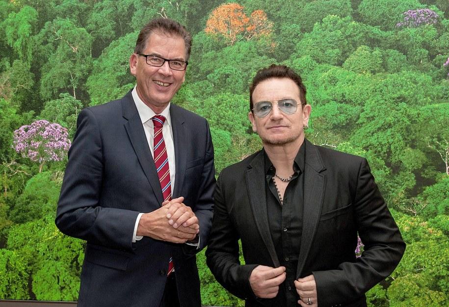Bono na spotkaniu z niemieckim ministrem do spraw współpracy gospodarczej i rozwoju Gerdem Muellerem /PAUL ZINKEN  /PAP/EPA