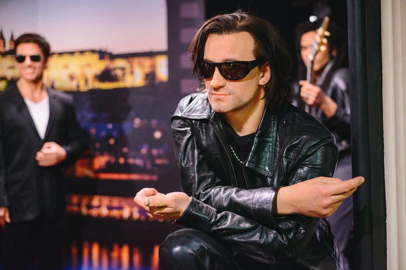 Bono nawet w młodości nosił ciemne okulary. Teraz wiemy, dlaczego /123RF/PICSEL