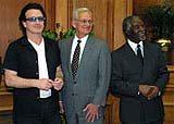Bono, Paul O'Neill i prezydent Thabo Mbeki /poboczem.pl