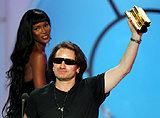 Bono (U2) odebrał nagrodę NRJ z rąk Naomi Campbell (w tle) /AFP