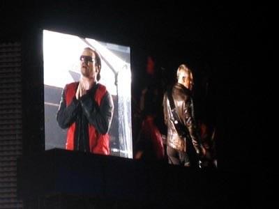 Bono w czerwieni, obok Adam Clayton /Oficjalna strona zespołu