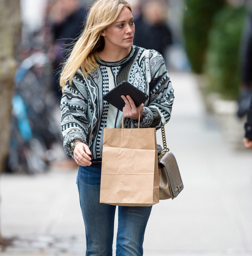 Bootcut jeans wracają do łask /East News