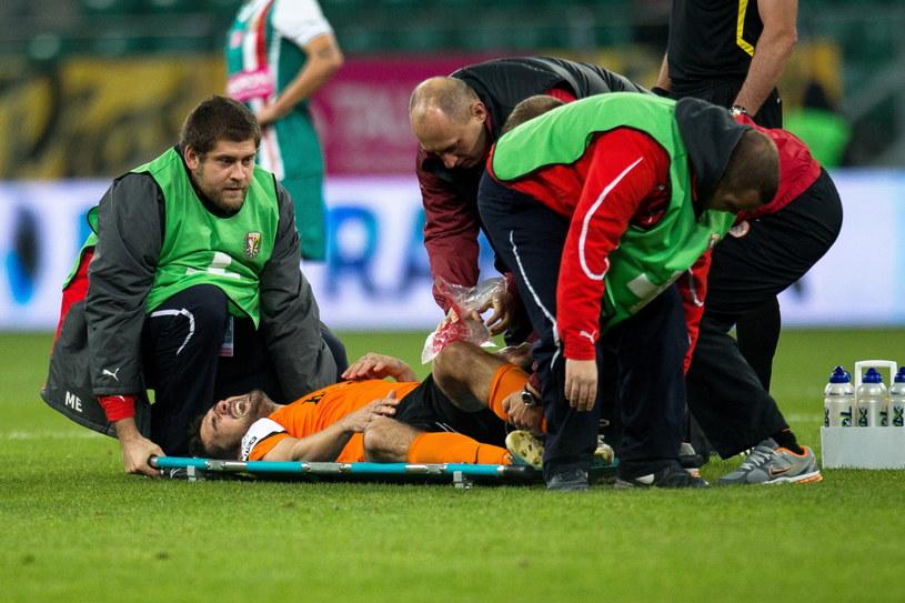 Boris Godal na noszach opuścił boisko podczas meczu ze Śląskiem /Maciej Kulczyński /PAP