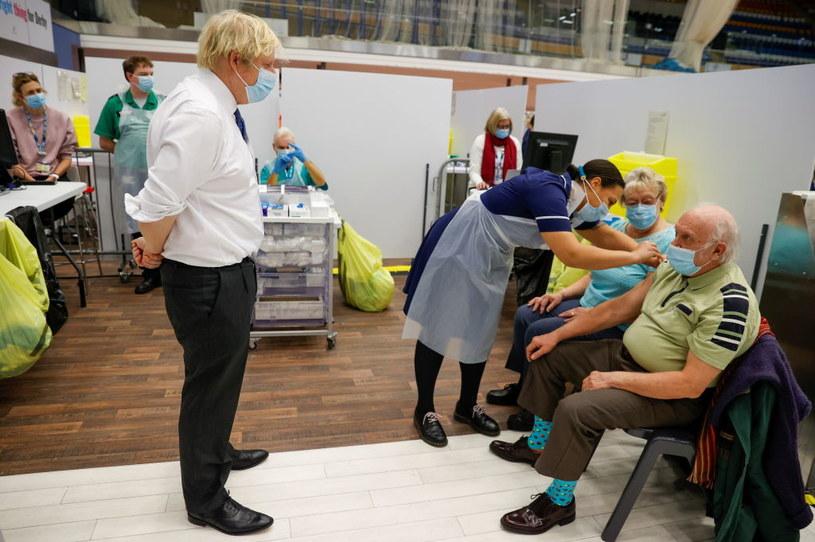 Boris Johnson obserwuje szczepienia w Derby /Phil Noble - WPA Pool /Getty Images