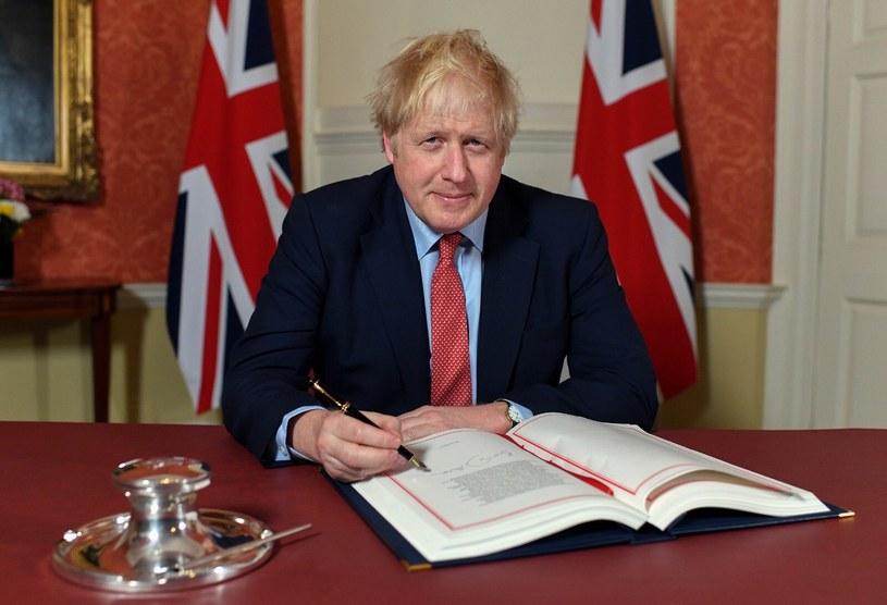 Boris Johnson podpisuje ustawę o wystąpieniu z UE /Twitter