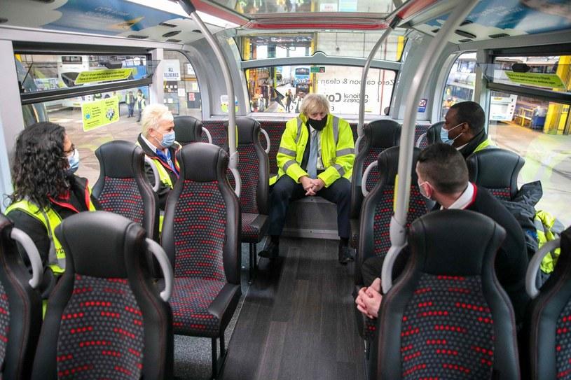 Boris Johnson rozmawia z kierowcami autobusów National Express /Steve Parsons    /AFP