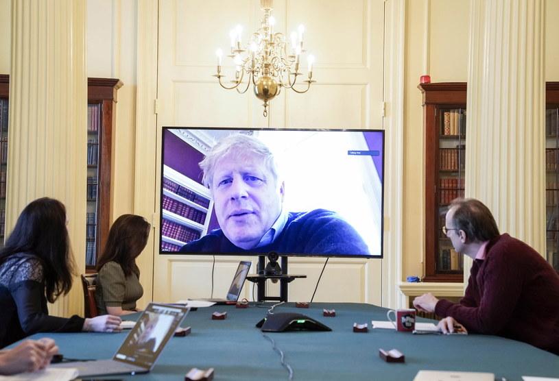 Boris Johnson sam przebywa obecnie w izolacji po pozytywnym wyniku testu na obecność koronawirusa /Andrew Parsons/n10 Downing street /PAP/EPA