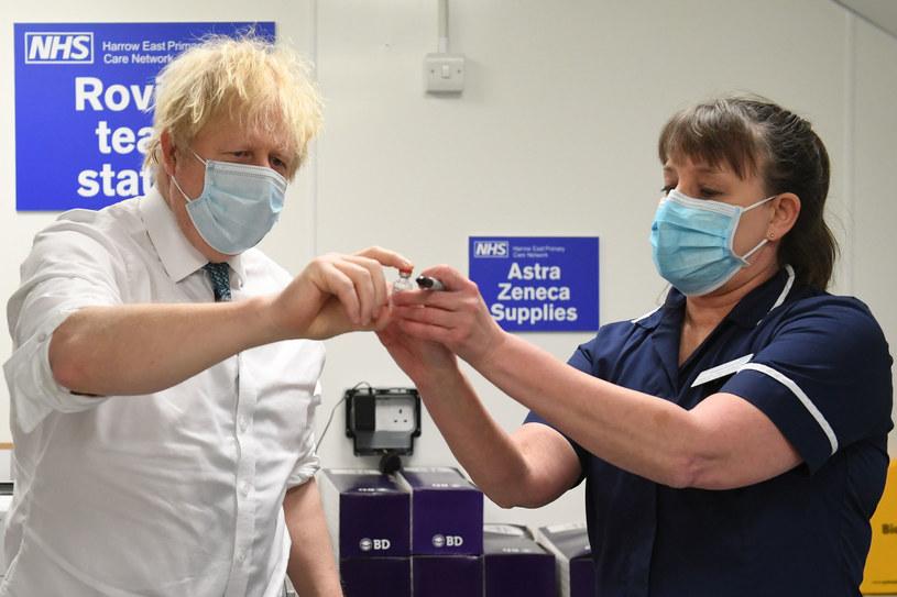Borys Johnson ogląda jedną ze szczepionek /AFP