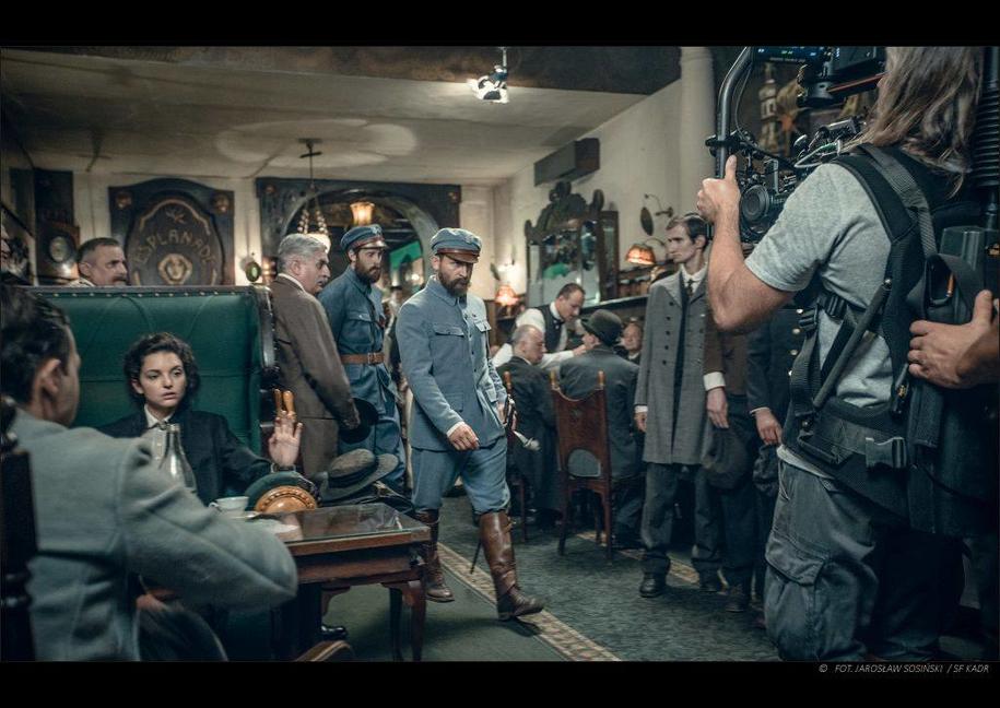 """Borys Szyc na planie filmu """"Piłsudski"""" /Fot. Jarosław Sosiński / SF Kadr /Materiały prasowe"""