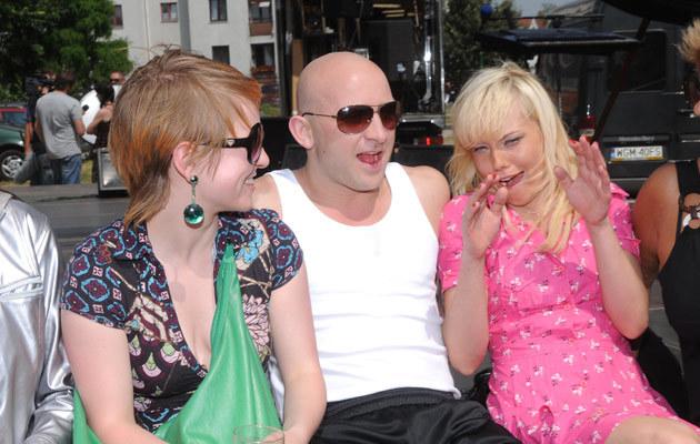 Borys Szyc z Dorotą Masłowską i Romą Gąsiorowską na planie filmowym, fot. Adam Kepinski  /MWMedia