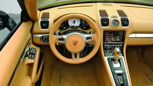 Boxster (zresztą podobnie jak 911) ma już typowy dla nowych aut marki Porsche kokpit z wysoką konsolą środkową. Jego wnętrze może być wykończone 13 rodzajami skórzanej tapicerki. /Motor