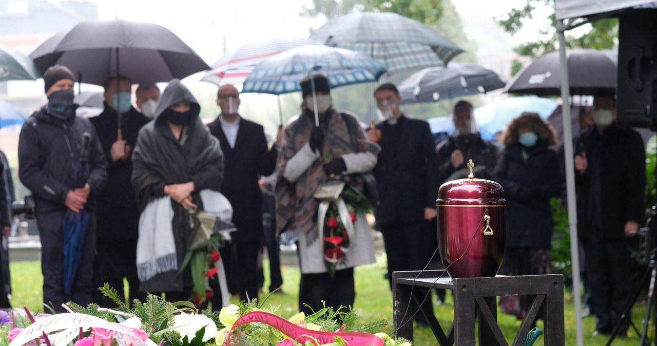 """<a href=""""https://www.rmf24.pl/fakty/polska/news-bp-jan-szarek-spoczal-na-cmentarzu-ewangelickim-w-bielsku-bi,nId,4798685"""">Bp Jan Szarek spoczął na cmentarzu ewangelickim w Bielsku-Białej</a> thumbnail  Merkel: O tym, jak będą wyglądać święta, zadecydują najbliższe dni i tygodnie 000ALIGXGRLL9IRC C461"""