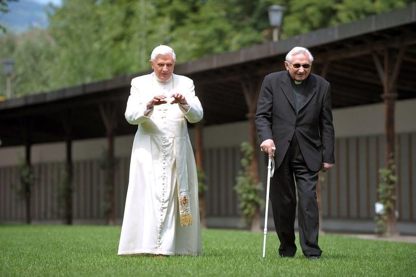 Bracia Ratzingerowie na spacerze. /AFP