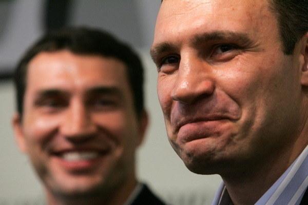 Bracia Witalij (z prawej) i Władimir Kliczko /AFP