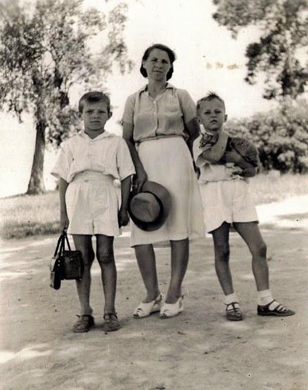Bracia Woźniakowscy z mamą. Koja, Uganda /Z archiwum Artura Woźniakowskiego /