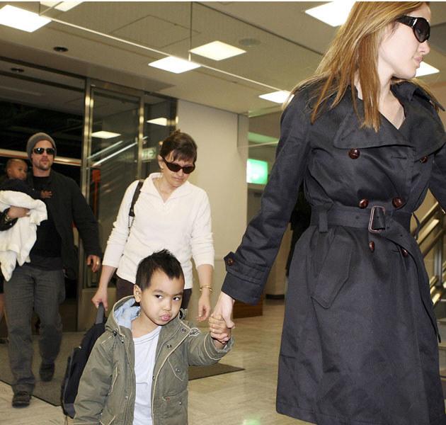 Brad i Angelina poświęcają dzieciom mnóstwo uwagi /Koichi Kamoshida /Getty Images