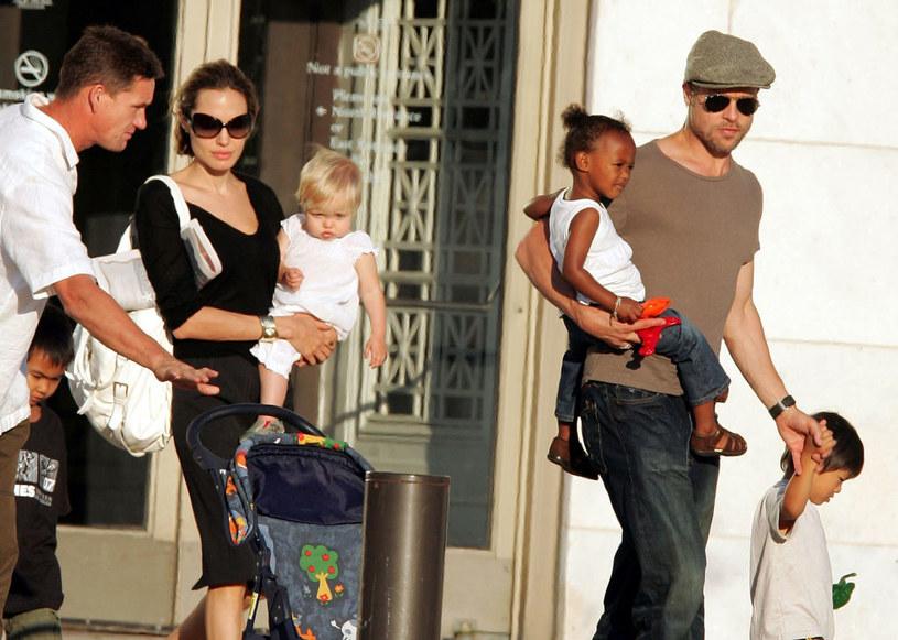 Brad i Angelina z dziećmi /James Devaney