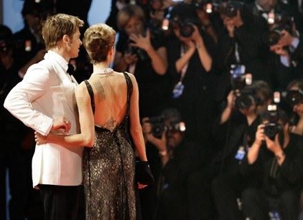 Brad Pitt i Angelina Jolie oblegani przez paparazzi. /MWMedia