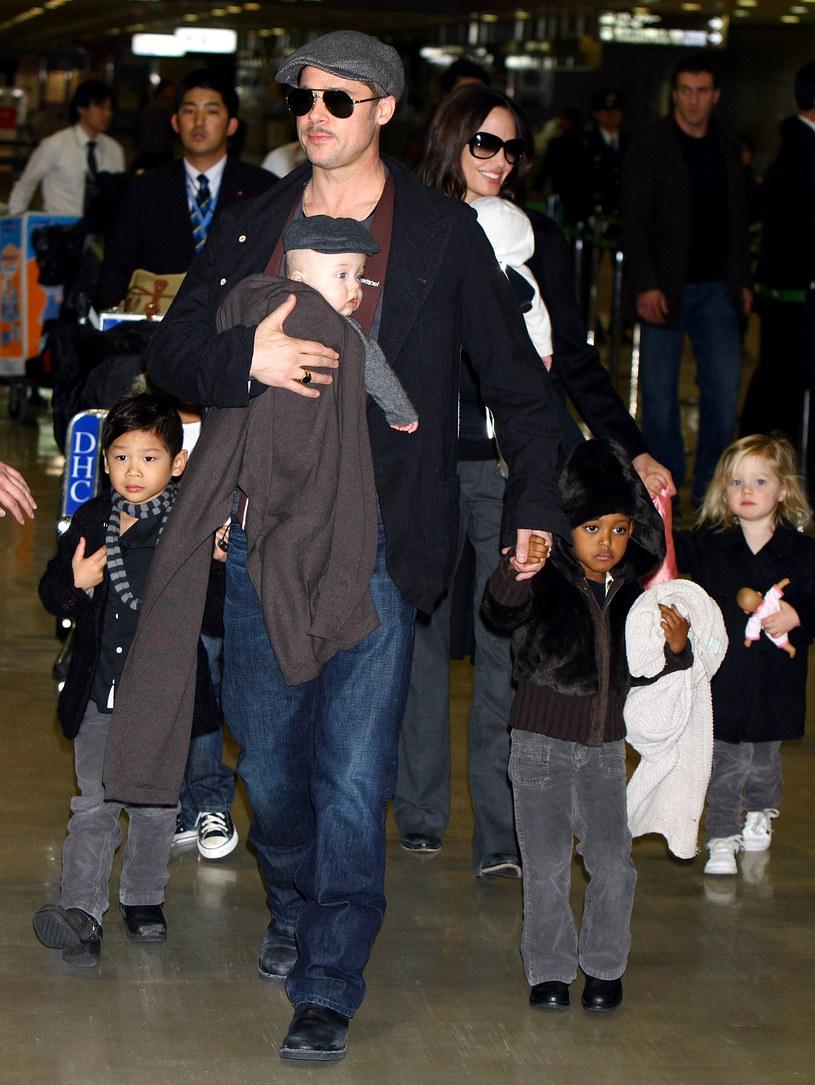 Brad Pitt i Angelina Jolie z dziećmi /Junko Kimura /Getty Images