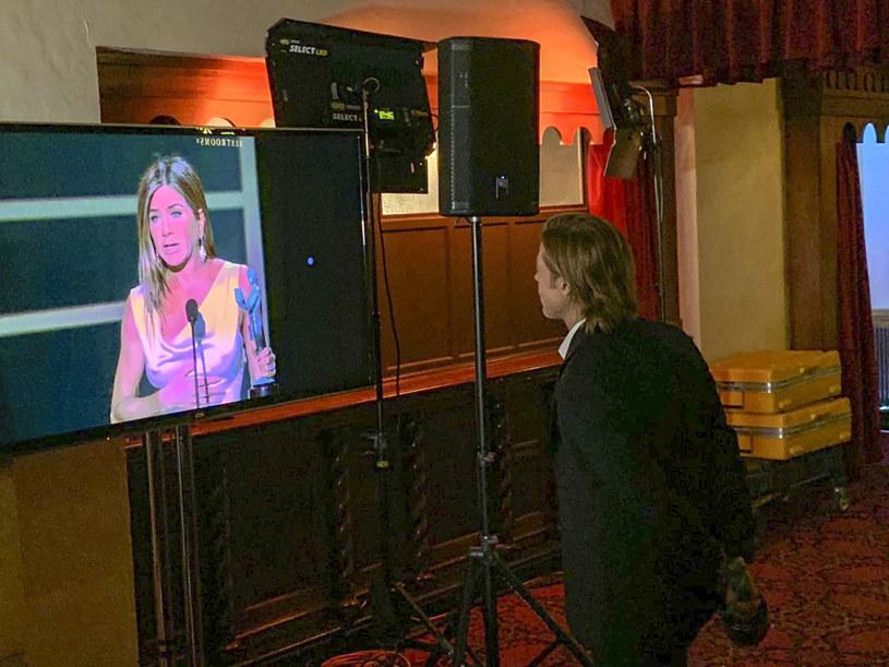 Brad Pitt słucha przemówienia Jennifer Aniston za kulisami  SAG Awards. /MSN/The Grosby Group /East News