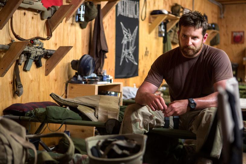 """Bradley Cooper jako Chris Kyle w filmie """"Snajper"""" (2014) /materiały dystrybutora"""