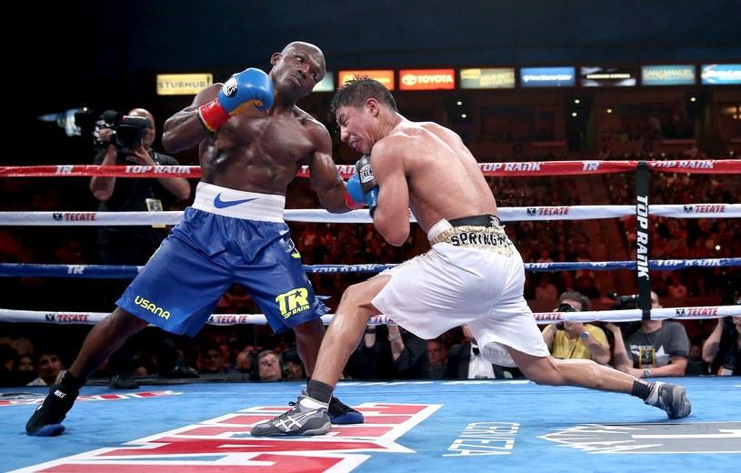 Bradley wyprowadza cios na szczękę Vargasa /AFP