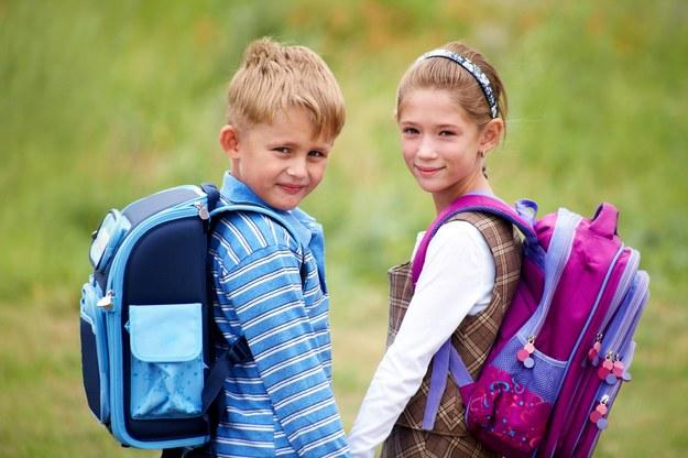 Brak chodnika stwarza dla dzieci poważne zagrożenie. Rodzice są zaniepokojeni /123/RF PICSEL
