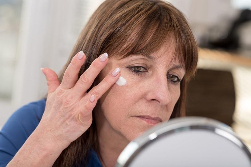 Brak dbałości o odpowiednie nawilżenie skóry dodaje nam lat /123RF/PICSEL