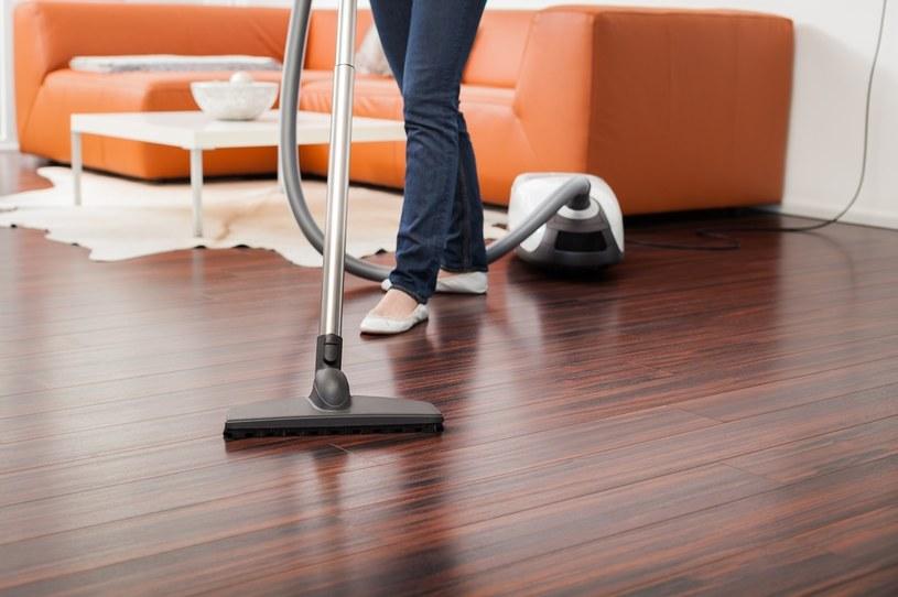 Brak dywanów i tapicerowanych mebli ograniczy ilość roztoczy w domu /123RF/PICSEL