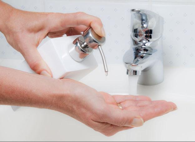 Brak odpowiedniej bazy pod lakier, może spowodować zażółcenia płytki paznokcia /123RF/PICSEL