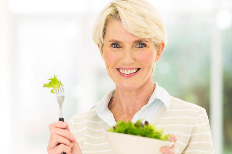 Brak pośpiechu przy jedzeniu i smakowanie każdego kęsa sprawia, że zjesz mniejszą porcję /123RF/PICSEL