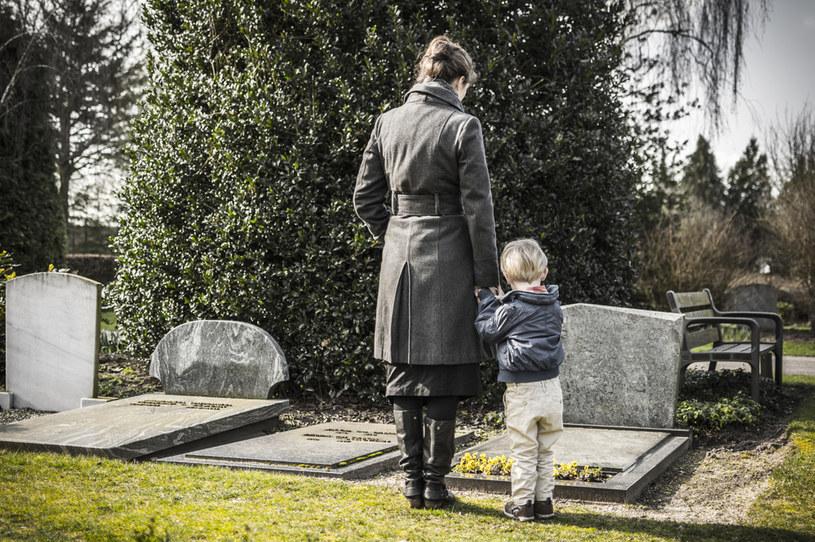 Brak rozmowy o chorobie i śmierci najbliższych nie wyjdzie dziecku na dobre /123RF/PICSEL