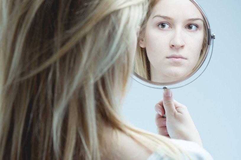 """Brak samoakceptacji wśród kobiet wynika z wielu rzeczy, a głównym """"winowajcą"""" są media /123RF/PICSEL"""