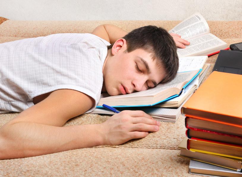 Brak snu odbija się również na młodych /123RF/PICSEL
