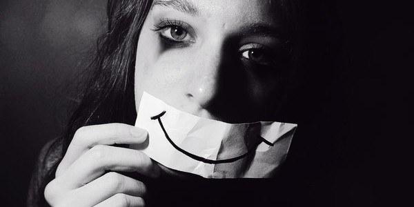 Brak społecznych i emocjonalnych kontaktów /© Photogenica