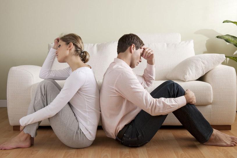 Brak tematów do rozmów, deficyt czułych gestów, erotyki - to sygnały ostrzegawcze /123RF/PICSEL